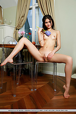 Relaxed and carefree babe with girl-next-door allure and nubile body.