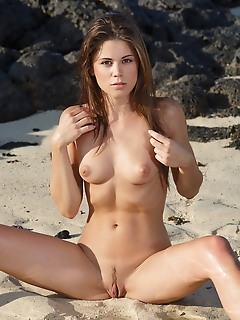 Caprice a caprice a strips her sexy bikini baring her gorgeous body at the beach.