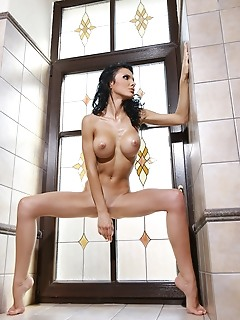 Jordan loves posing nude to flaunt her enviable body.