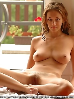 Freshly-bathed hottie with scrumptious assets.